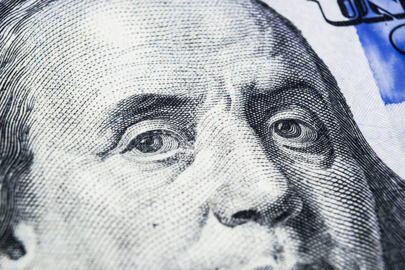 Stäng sig upp siktsståenden av Benjamin Franklin på den hundra dollarräkningen Bakgrund av pengarna räkning för dollar 100 med Be arkivbild