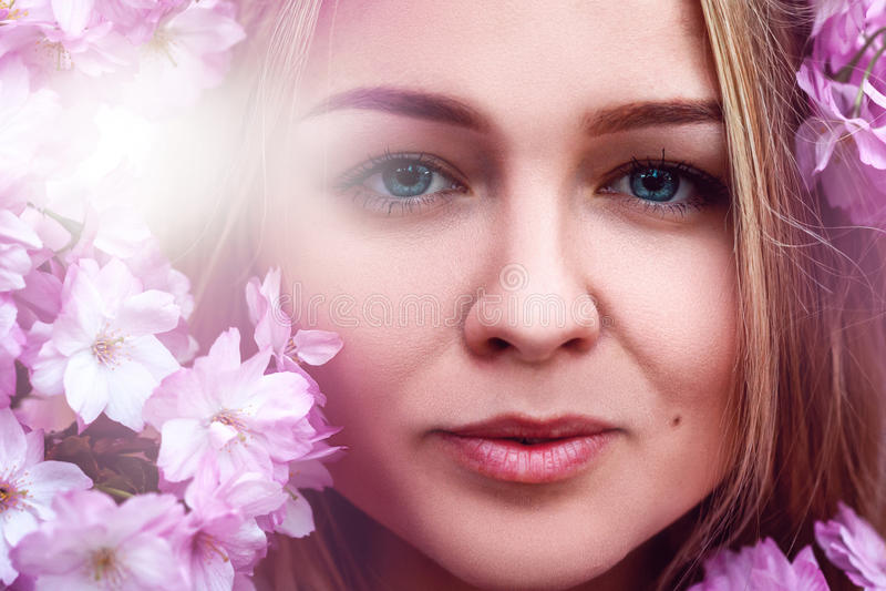Stäng sig upp skönhetfotoet av den unga cutieflickan med blommor fotografering för bildbyråer