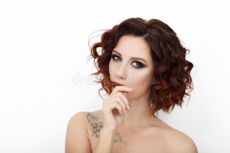 Stäng sig upp skönhetstudion som skjutas av härlig rödhårig mankvinna med lockigt hår för ursnygg makeup royaltyfri bild