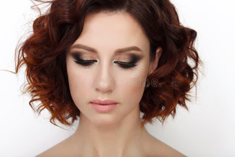 Stäng sig upp skönhetstudion som skjutas av härlig rödhårig mankvinna med lockigt hår för ursnygg makeup royaltyfria bilder