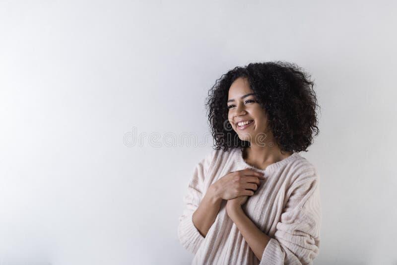 Stäng sig upp skott av att le den unga kvinnan som bort ser royaltyfria foton