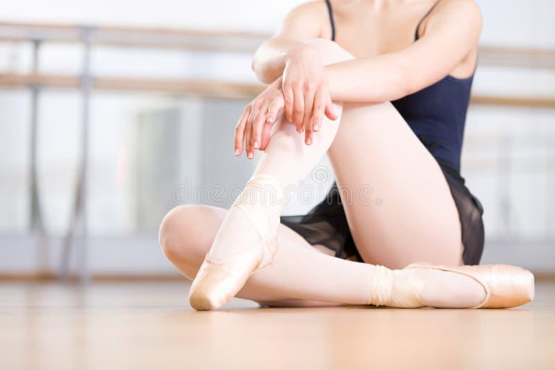 Stäng sig upp skott av ben av ballerina i pointes arkivbild