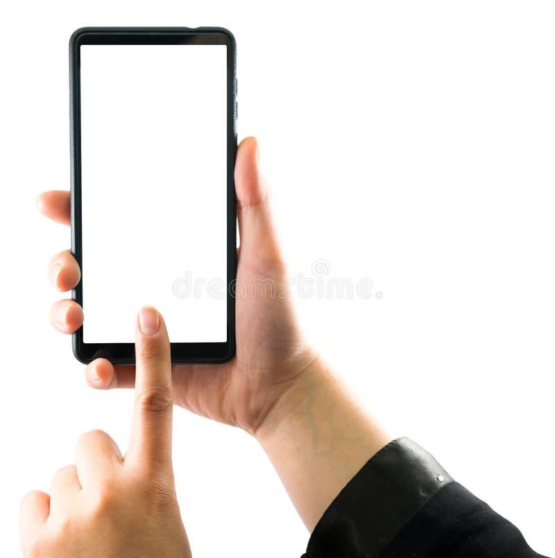 Stäng sig upp skott av en kvinnamaskinskrivning på mobiltelefonen som isoleras på vit bakgrund Hand för flicka` som s rymmer en m arkivbild