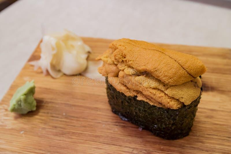 Stäng sig upp skott av en läcker Uni sushi royaltyfria bilder