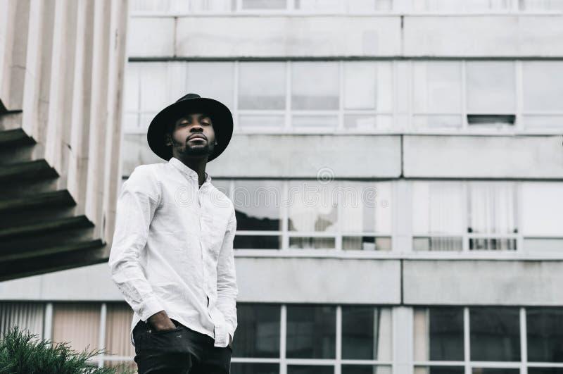 Stäng sig upp skott av stiliga unga afrikansk amerikanhandelsresanden som den har arkivfoton