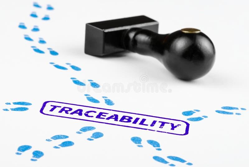 Stäng sig upp skott av traceabilitybegreppet med banor av fotspår royaltyfria foton