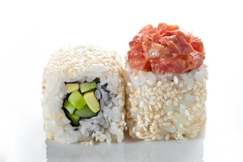 Stäng sig upp skottet av traditionella nya japanska sushirullar på en vit bakgrund royaltyfri bild