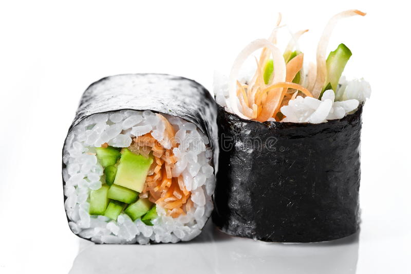 Stäng sig upp skottet av traditionella nya japanska sushirullar på en vit bakgrund Vegetarisk sushirulle royaltyfria foton