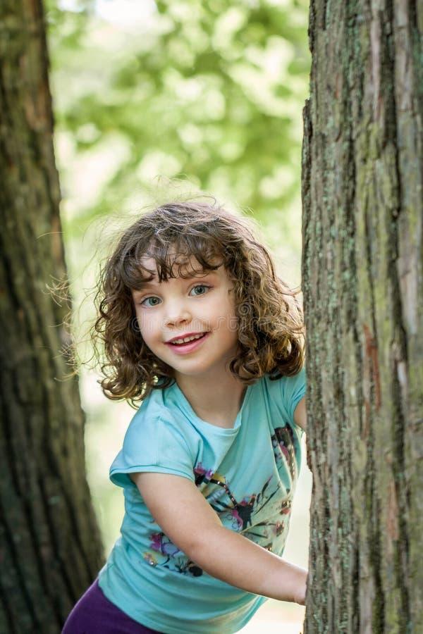 Stäng sig upp sommarståenden av en gullig nätt le förskole- flicka med tilltrasslat hår arkivfoto