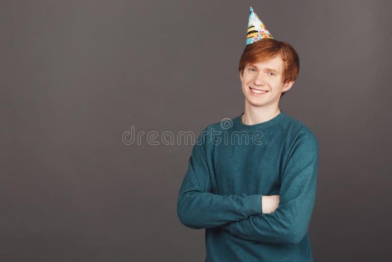 Stäng sig upp ståenden av den härliga gladlynta attraktiva manliga tonåringen med ljust rödbrun hår i grönt le för tröja- och par royaltyfri fotografi