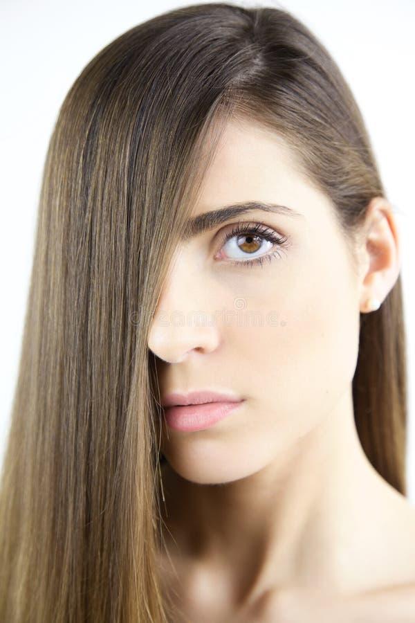 Stäng sig upp ståenden av den härliga kvinnan med mycket långt hår med den naturliga sänkan arkivfoton