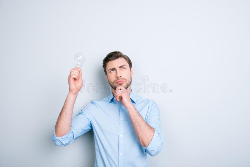 Stäng sig upp ståenden av den tänkande studenten med borstet som upp ser wi royaltyfri bild