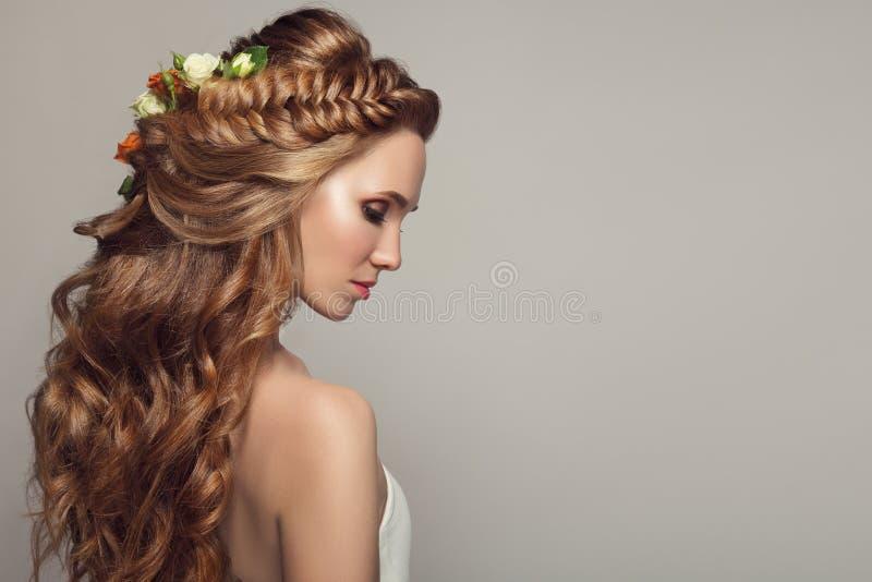 Stäng sig upp ståenden av den unga härliga kvinnan med blommor royaltyfri fotografi