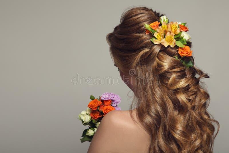 Stäng sig upp ståenden av den unga härliga kvinnan med blommor arkivfoton