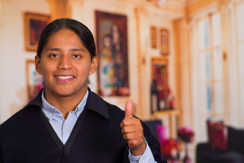 Stäng sig upp ståenden av den unga infödda mannen som bär traditionell kläder från högländerna i Ecuador royaltyfria foton