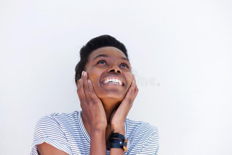 Stäng sig upp ståenden av den unga kvinnan som skrattar med händer på framsida royaltyfri foto