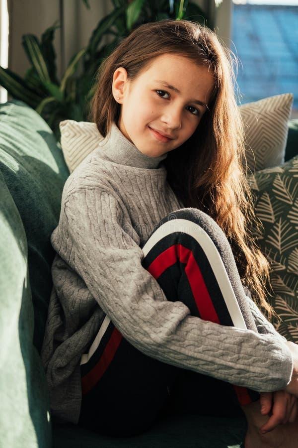 Stäng sig upp ståenden av den unga tonårs- caucasian flickan hemma Soligt ljus, mjuka färger arkivbilder