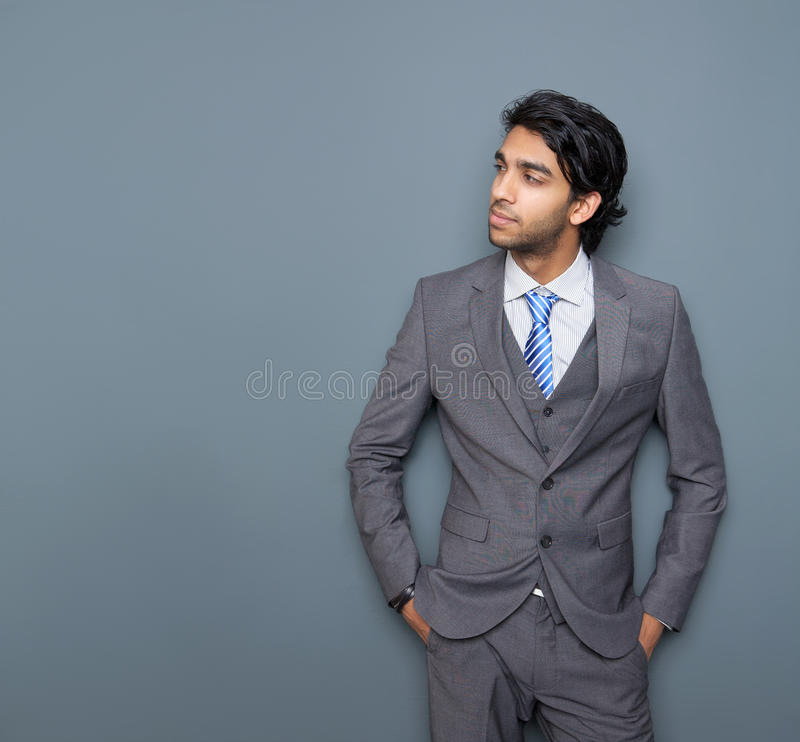 Stäng sig upp ståenden av en attraktiv ung affärsman arkivbilder
