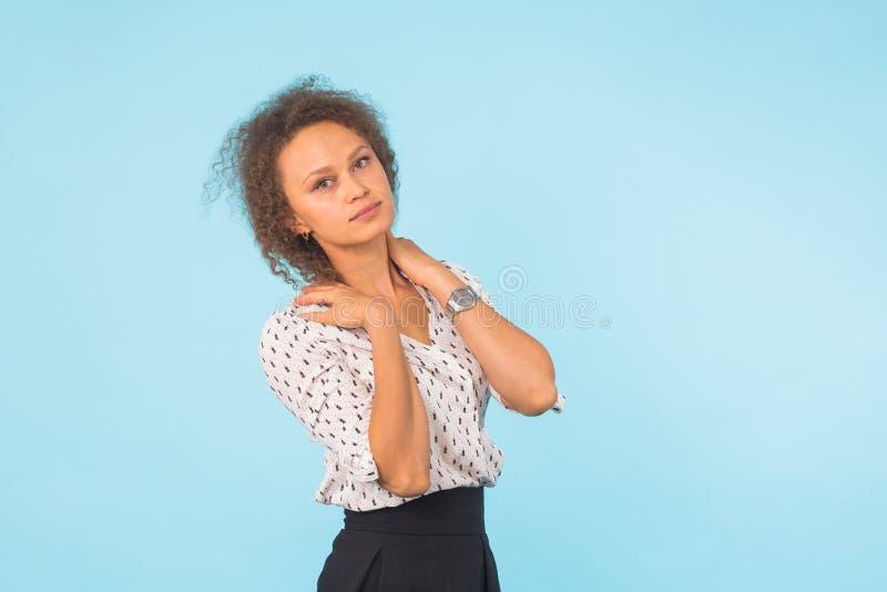Stäng sig upp ståenden av en attraktiv ung kvinna för blandat lopp över blå bakgrund royaltyfria foton