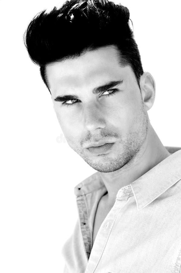 Stäng sig upp ståenden av en attraktiv ung man royaltyfri fotografi