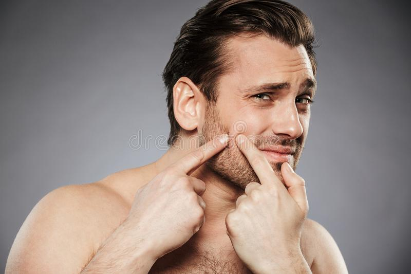 Stäng sig upp ståenden av en förskräckt shirtless man arkivfoto