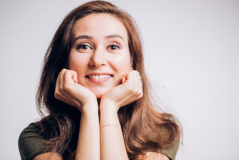 Stäng sig upp ståenden av en gladlynt lycklig kvinna på en vit bakgrund Positiva sinnesrörelser, ansiktsuttryck royaltyfri foto