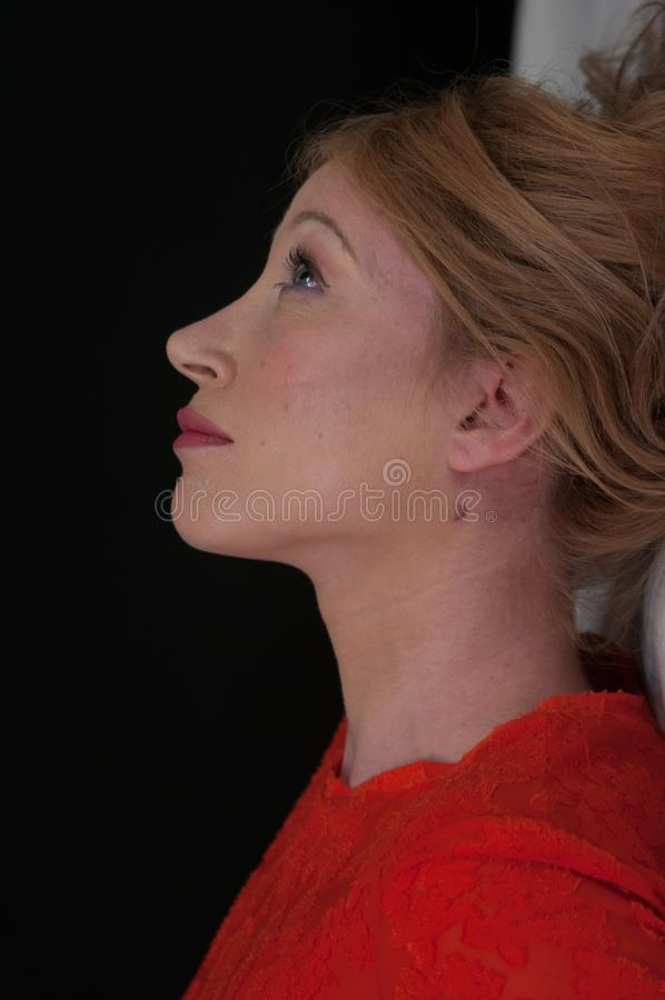 Stäng sig upp ståenden av en härlig ung blond kvinna, en synad härlig blått arkivbild
