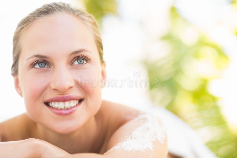 Stäng sig upp ståenden av en härlig ung kvinna på massagetabellen arkivfoto