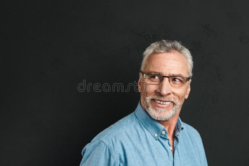 Stäng sig upp ståenden av en iklädd skjorta för lycklig mogen man royaltyfri fotografi