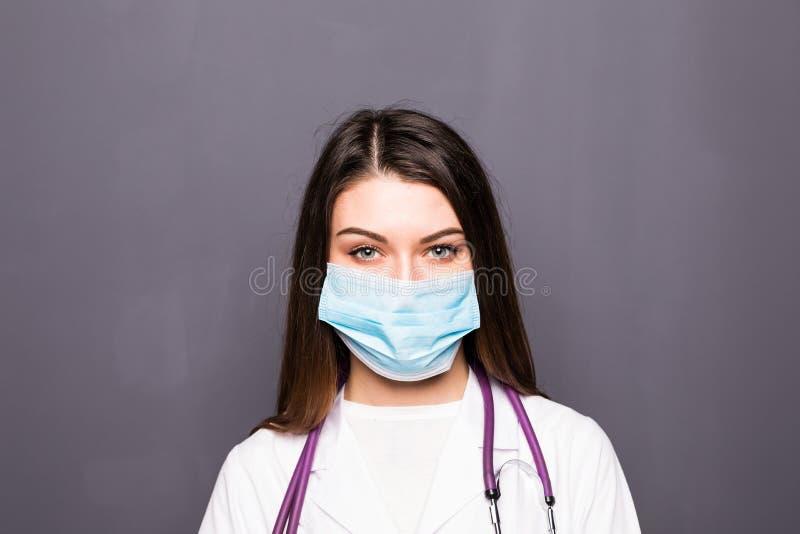 Stäng sig upp ståenden av en kvinnakirurg eller doktor med maskeringen som är klar för operationen i sjukhus eller klinik royaltyfria foton