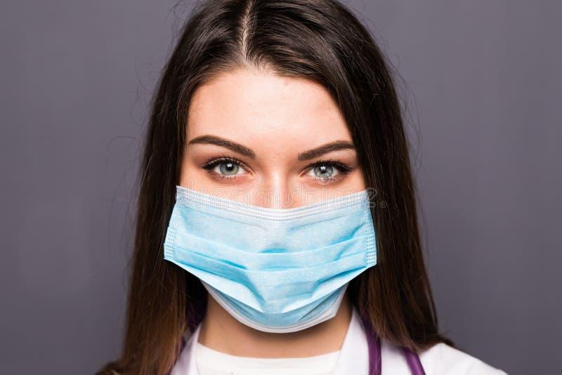 Stäng sig upp ståenden av en kvinnakirurg eller doktor med maskeringen som är klar för operationen i sjukhus eller klinik royaltyfri bild