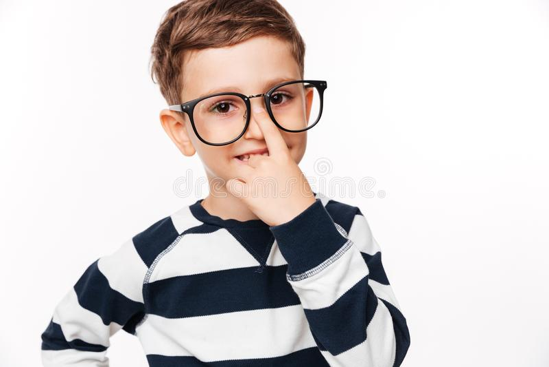 Stäng sig upp ståenden av en le gullig liten unge i glasögon royaltyfria bilder