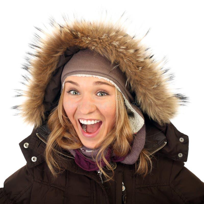 Stäng sig upp ståenden av en lycklig fryst kvinna i vinterlag royaltyfri bild