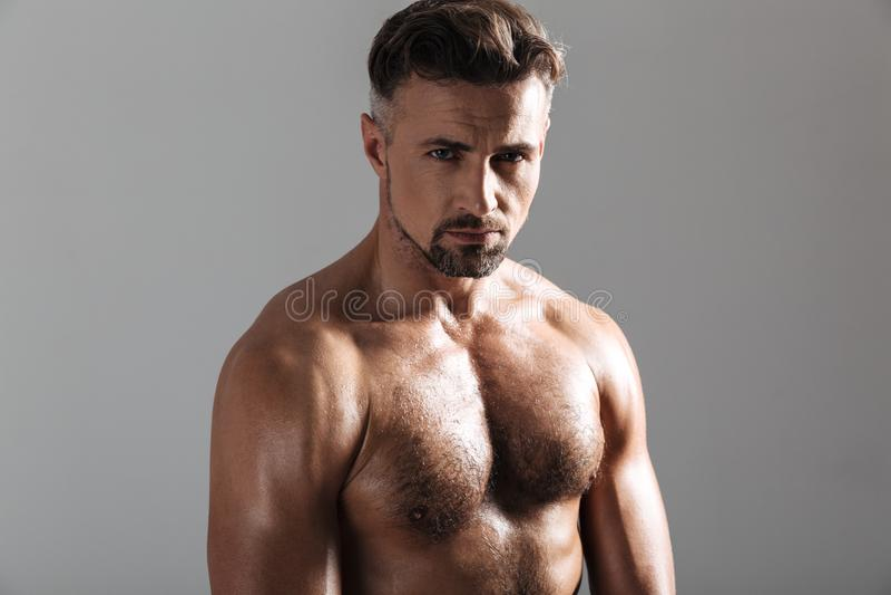 Stäng sig upp ståenden av en muskulös mogen shirtless idrottsman royaltyfri fotografi