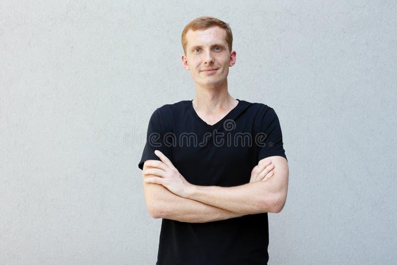 Stäng sig upp ståenden av en rödhårig man av en härlig manlig grabb med fräknar arkivfoton