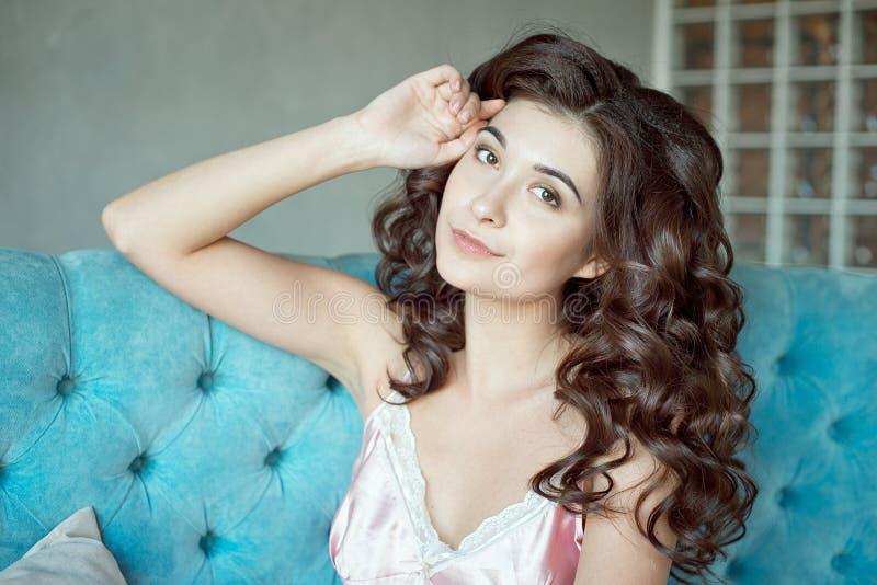Stäng sig upp ståenden av en ung lockig flicka med medel-brunt hår royaltyfria bilder