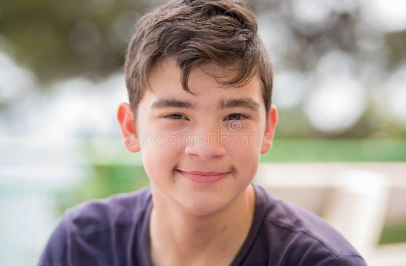 Stäng sig upp ståenden av en ung tonåringman som ser kameraintelligens arkivfoto