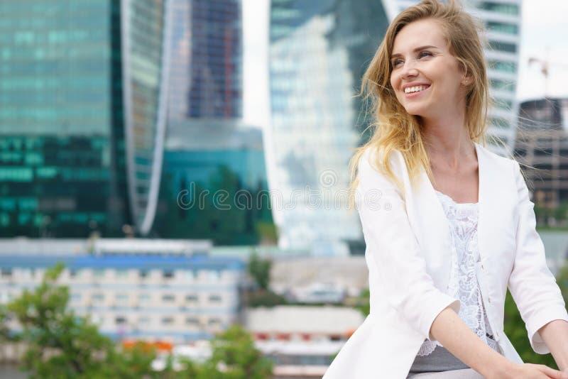 Stäng sig upp ståenden av en utomhus- affärskvinna royaltyfri foto