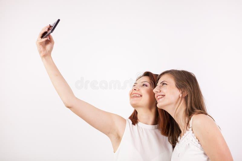 Stäng sig upp ståenden av härlig ung kvinna som två tar en selfie arkivfoton