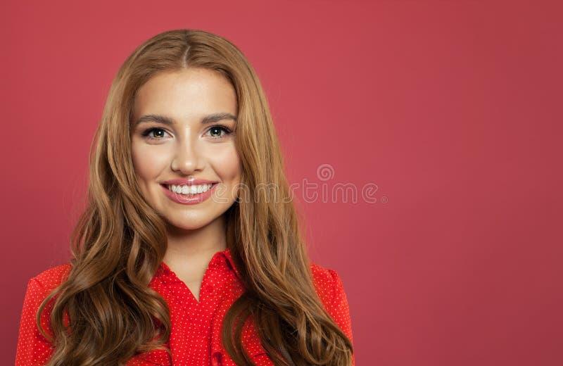 Stäng sig upp ståenden av ungt härligt le för kvinna Gullig gladlynt flickaframsida på rosa bakgrund med kopieringsutrymme arkivbilder