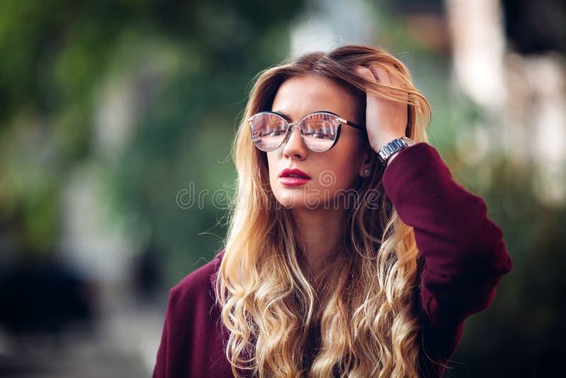 Stäng sig upp ståenden för modegatastättan av den nätta flickan i posera för tillfällig dräkt för nedgång som härligt blont är ut royaltyfri fotografi