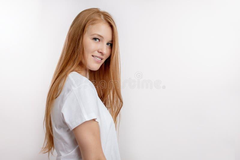 Stäng sig upp ståenden för sidosikten av en sexig charmig flicka på den vita bakgrunden royaltyfri bild