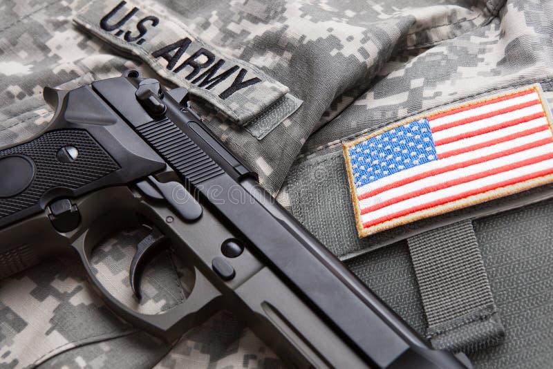 Stäng sig upp studion som skjutas av handeldvapnet över USA solder& x27; s-likformig och skuldralapp på den royaltyfri bild