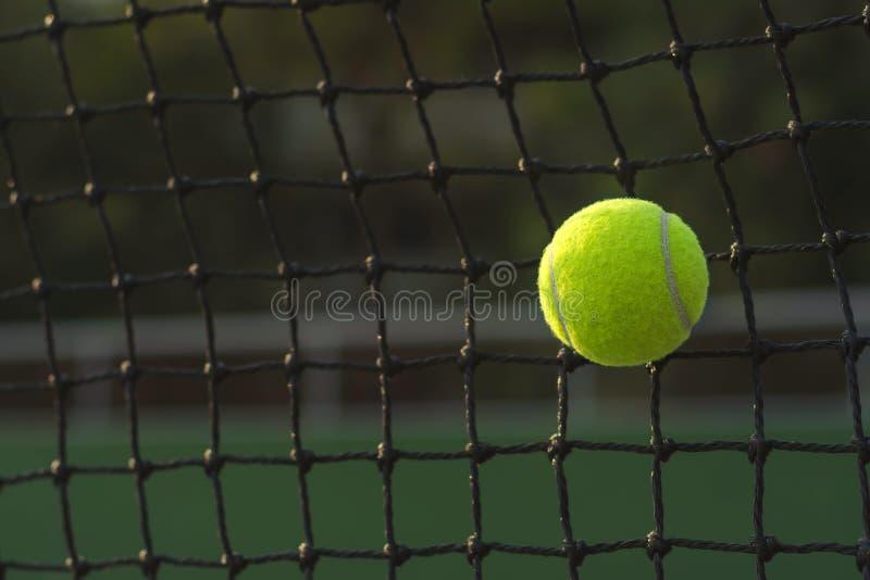 Stäng sig upp tennisbollen som slår för att förtjäna på suddighet arkivbilder