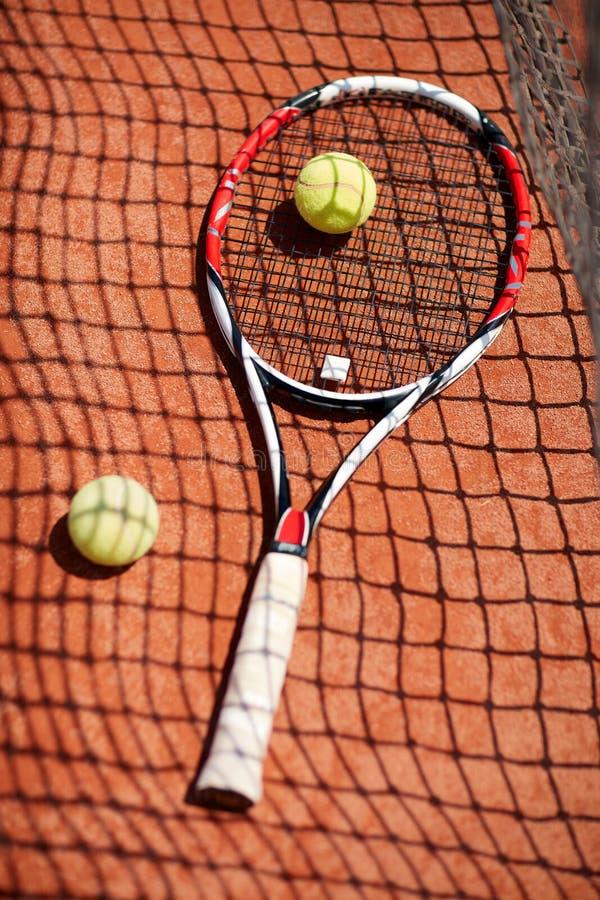Stäng sig upp tennisracket och bollar arkivbild