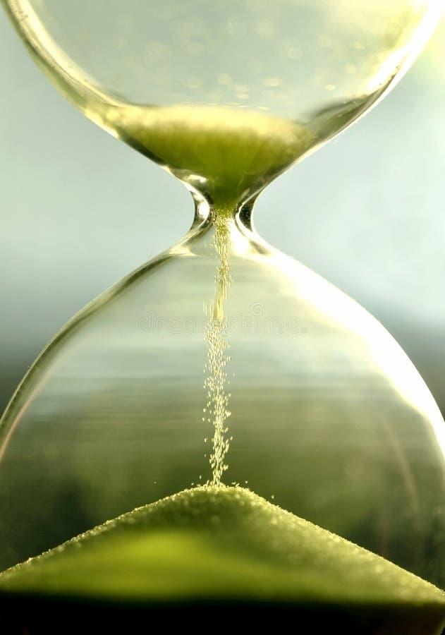 Stäng sig upp timglaset som räknar inaktiv tid med sandsikt fotografering för bildbyråer