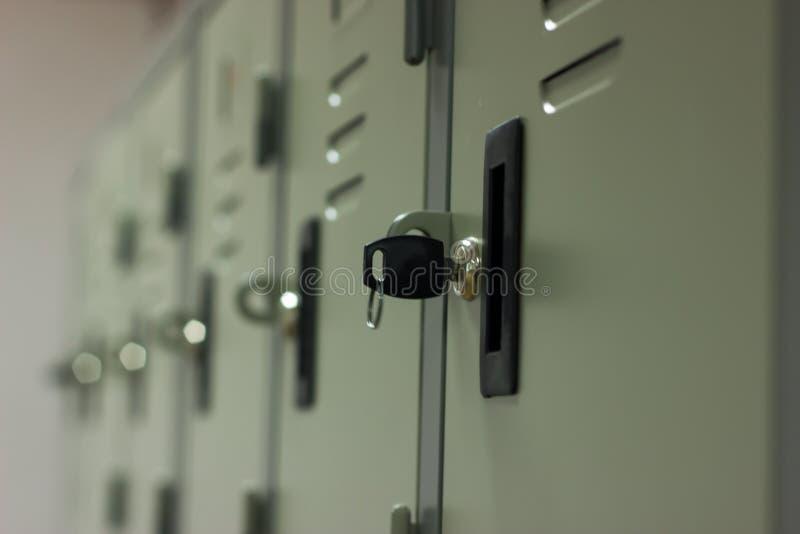 Stäng skåpet i idrottshallen med ett lås arkivfoton