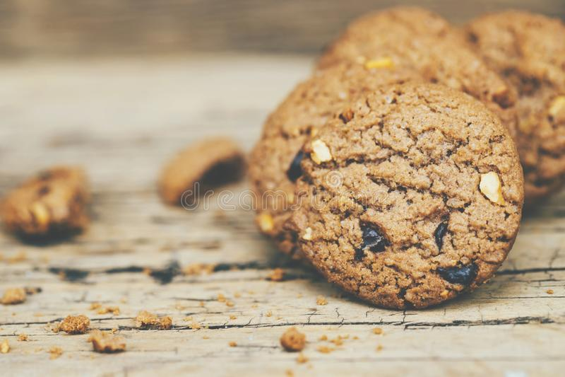 Stäng upp av choklade kakor för en grupp många som staplas på den mörka gamla lantliga träplankatabellen royaltyfria bilder