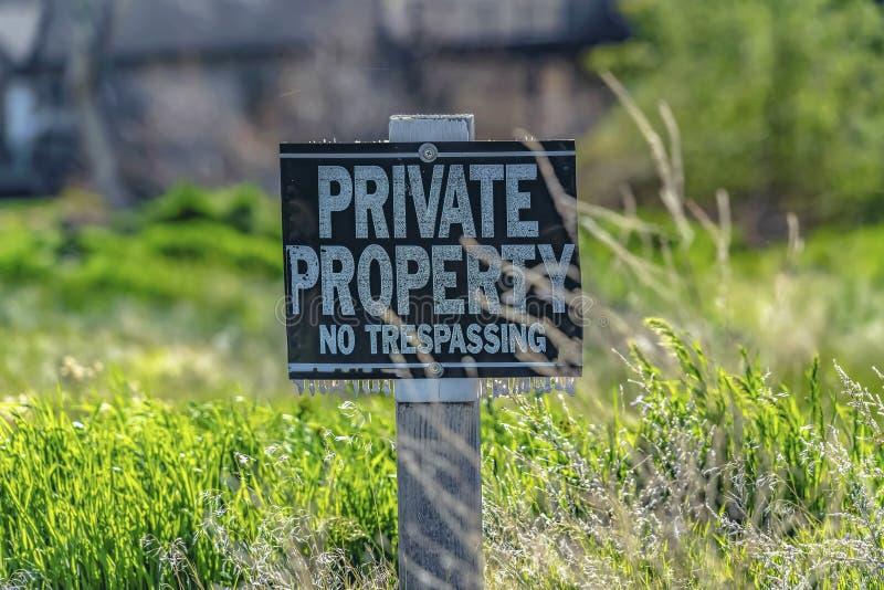 Stäng upp av en privat egenskap inget inkräkta tecken på en solig dag royaltyfri bild