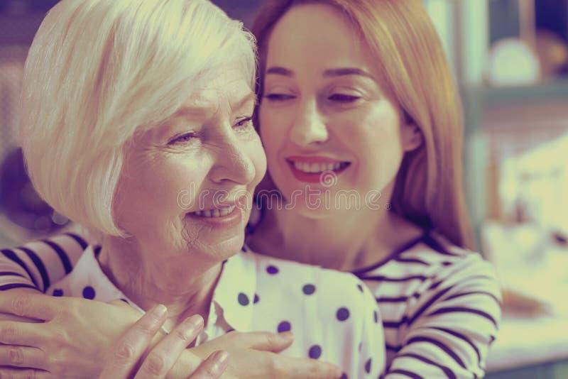 Stäng upp av lycklig kvinna det tänka om hennes familj arkivfoto